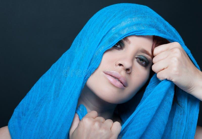 Beau portrait de femme avec le voile bleu aérien photographie stock