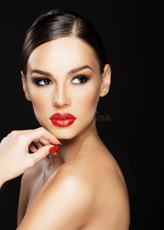 Beau portrait de femme, beauté sur le fond foncé photographie stock