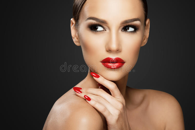 Beau portrait de femme, beauté sur le fond foncé images stock