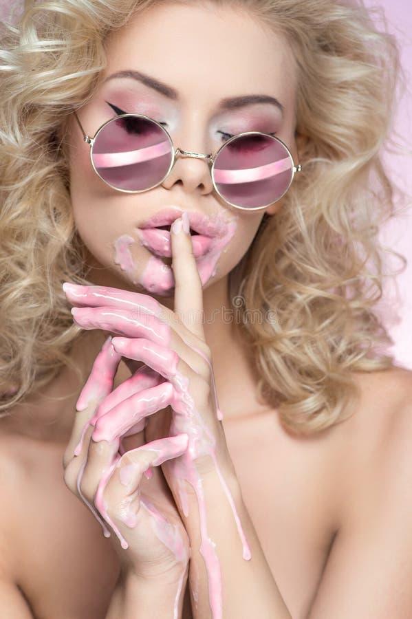 Beau portrait de femme blonde dans des lunettes de soleil images libres de droits