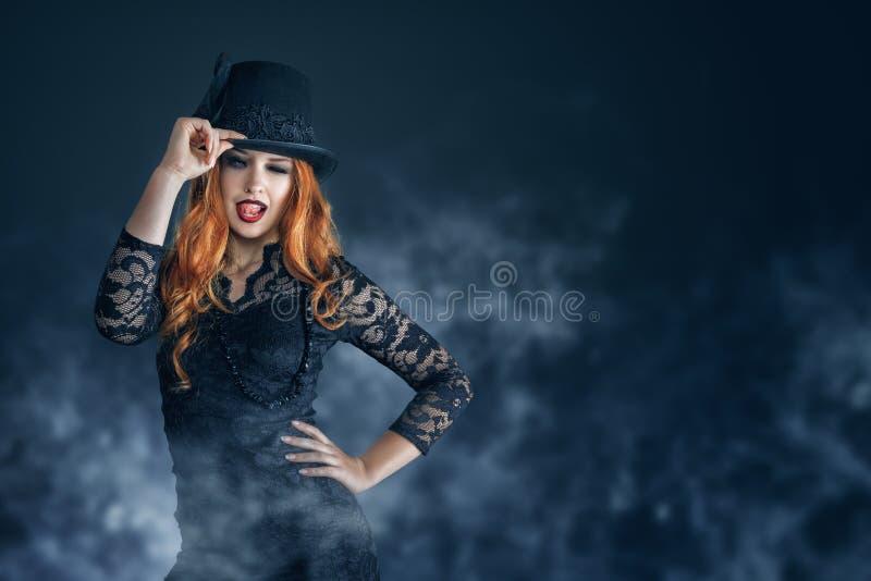 Beau portrait de femme habillé comme sorcière pour la partie de Halloween photographie stock libre de droits