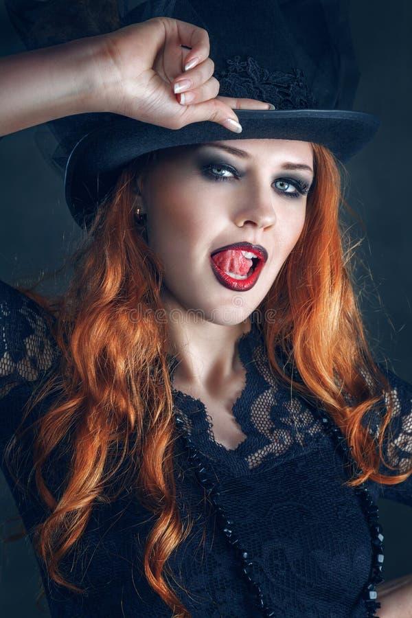 Beau portrait de femme habillé comme sorcière pour la partie de Halloween images libres de droits