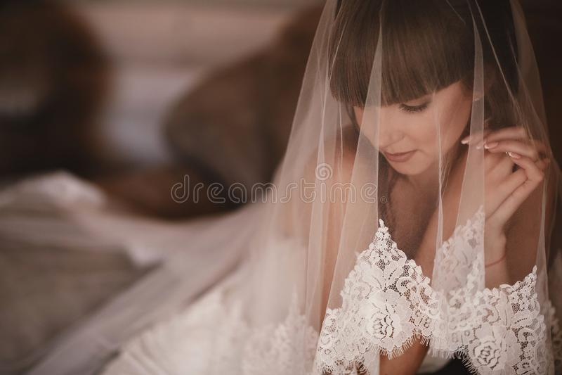Beau portrait de femme de jeune mari?e dans la robe blanche Clous Manicured ?pouser la fille dans la robe l'?pousant de luxe photographie stock