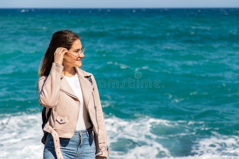 Beau portrait de femme sur le rivage avec les vagues brouillées de fond photographie stock libre de droits