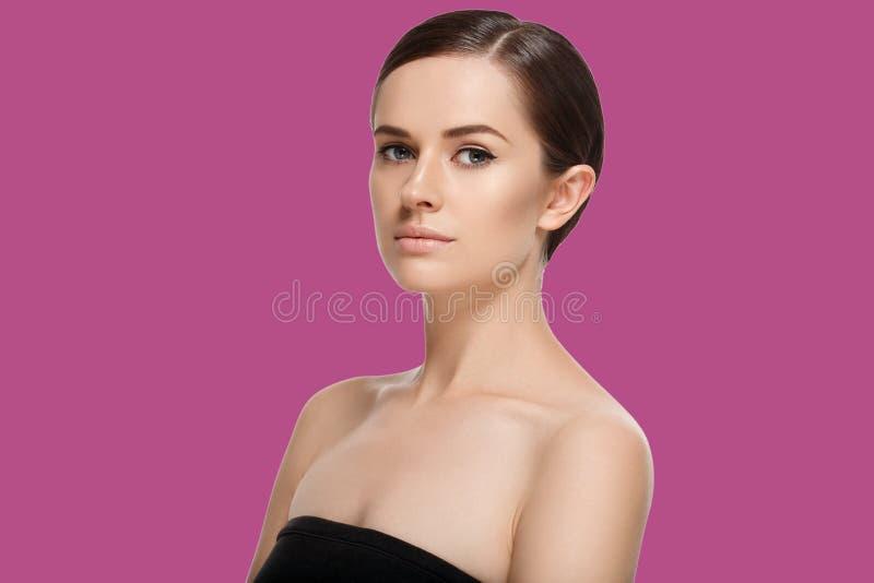 Beau portrait de fille de brune avec des mains pour le concep cosmétique photos libres de droits