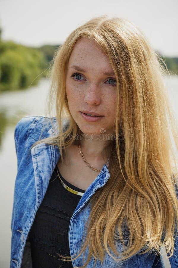 Beau portrait de jeune femme photographie stock libre de droits