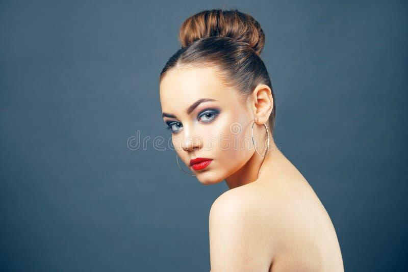Beau portrait de jeune femme avec de grandes boucles d'oreille images libres de droits