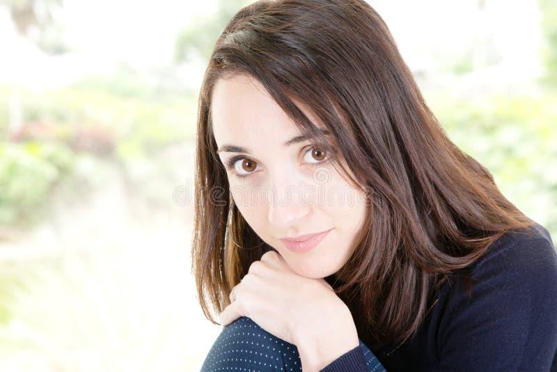Beau portrait de jeune femme en plan rapproché de visage de fille extérieur image libre de droits