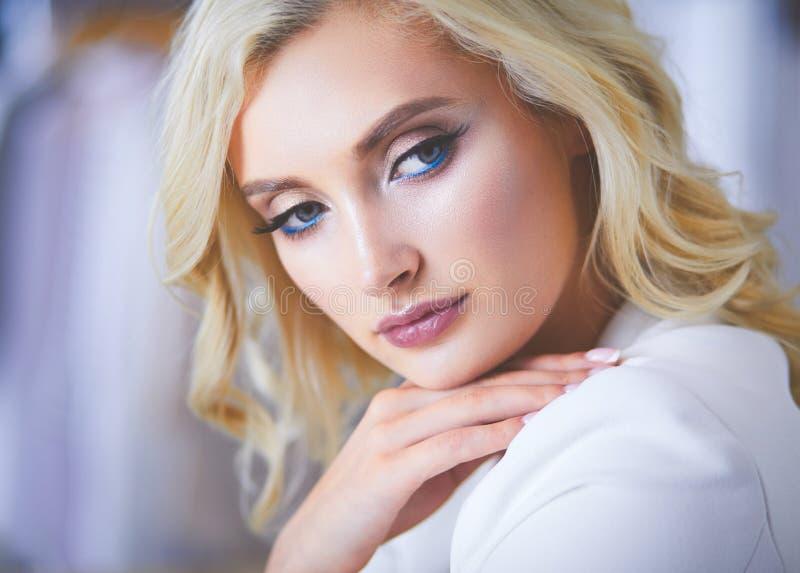 Beau portrait de jeune femme, se reposant dans le bureau images stock