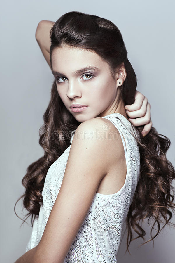 Beau portrait de jeune fille avec de longs cheveux bouclés photographie stock