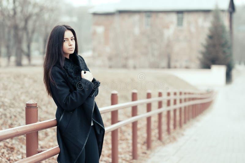 Beau portrait de jeune fille dehors photographie stock libre de droits