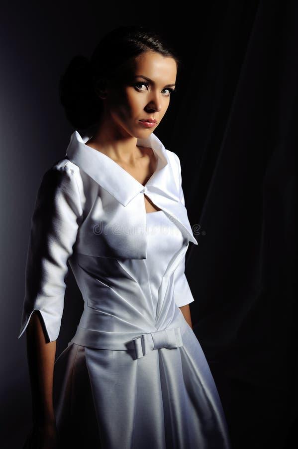 Beau portrait de jeune mariée dans le studio photos libres de droits