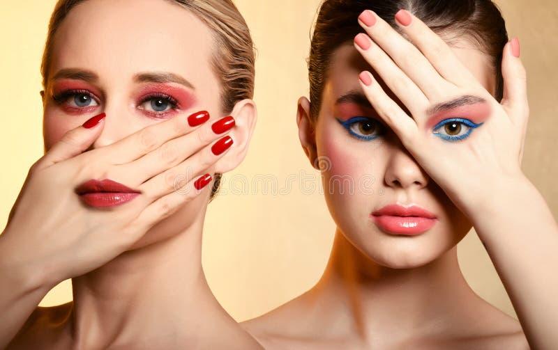 Beau portrait de la fille deux avec le maquillage de corail de couleur photo stock