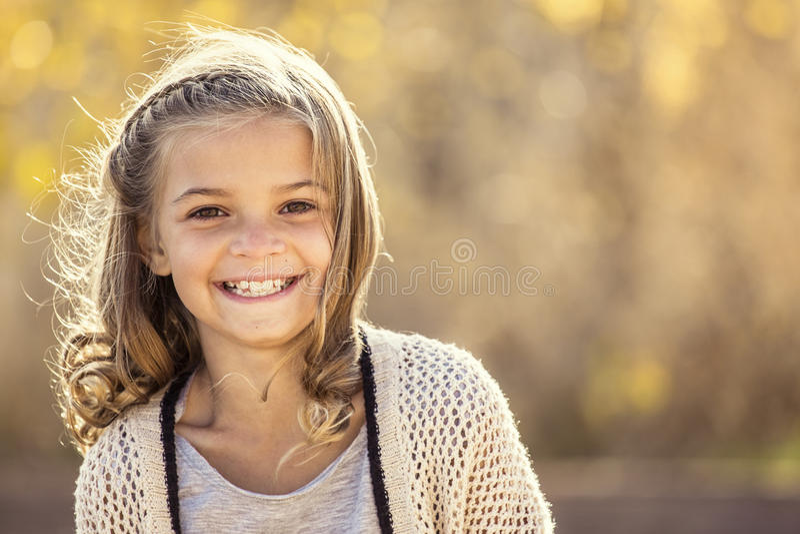 Beau portrait de petite fille de sourire dehors photographie stock