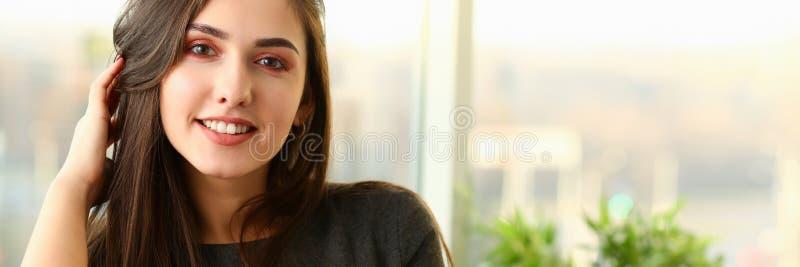 Beau portrait européen de femme En valeur le bureau images stock