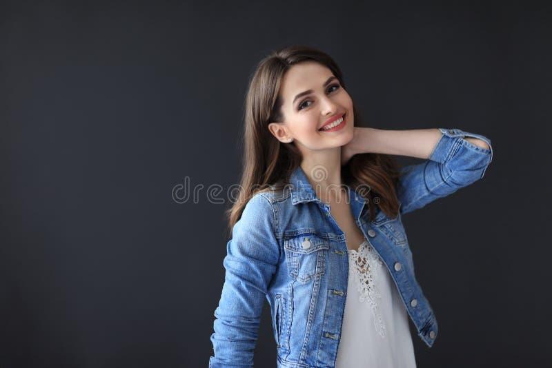 Beau portrait heureux de femme sur le fond foncé photos libres de droits