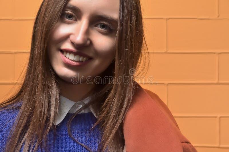 Beau portrait, jeune fille attirante de brune qui a de beaux yeux et grandes lèvres photo libre de droits