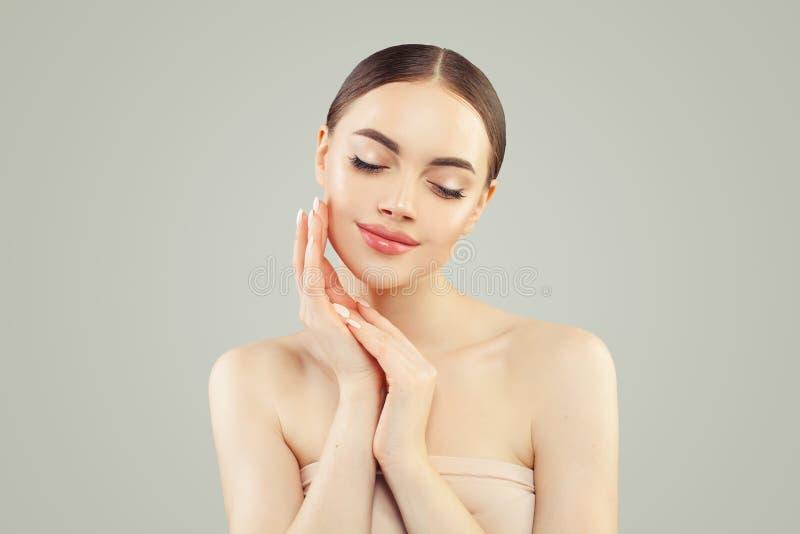 Beau portrait modèle femelle de fille Jeune femme parfaite avec la peau claire Soins de la peau et traitement facial image stock