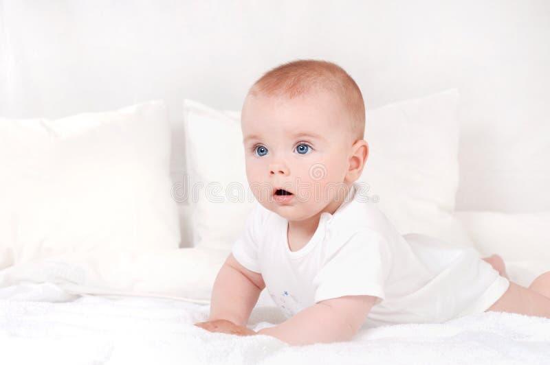 Beau portrait petit de bébé incroyable et avec du charme images stock