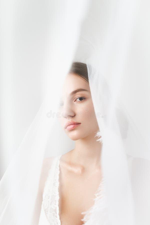 Beau portrait sexy de plan rapproché de jeune mariée dans le voile image libre de droits