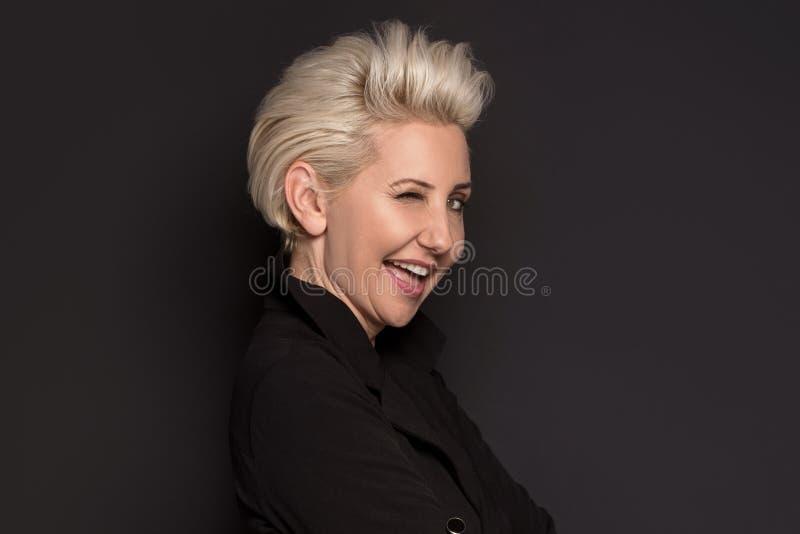 Beau pose de dame âgée par milieu blond élégant image libre de droits