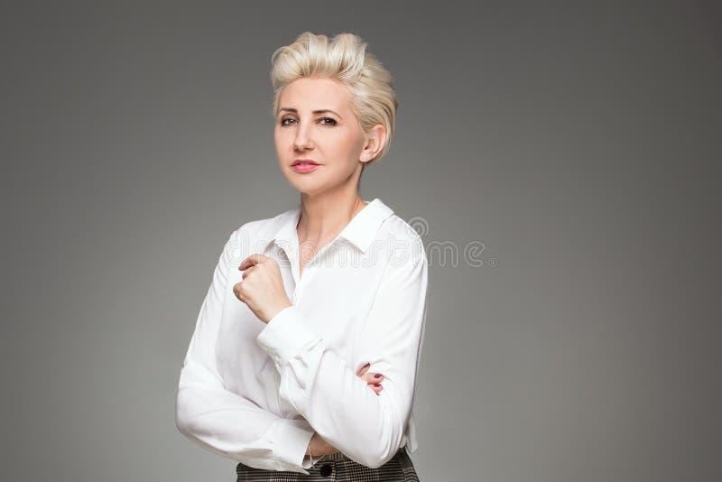Beau pose de dame âgée par milieu blond élégant photo libre de droits