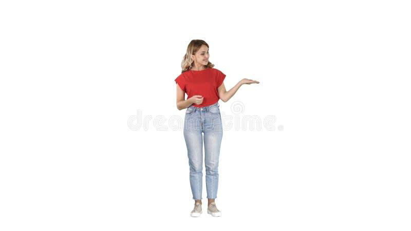 Beau présentateur de femme montrant des images imaginaires de son gauche et droit sur le fond blanc image libre de droits