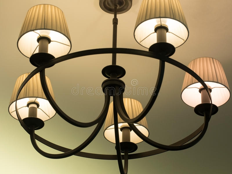 Beau rétro lustre de luxe de vintage pendant du plafond Éclairage classique de lampe photo libre de droits