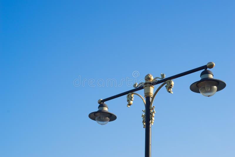 Beau réverbère avec le ciel bleu photo libre de droits