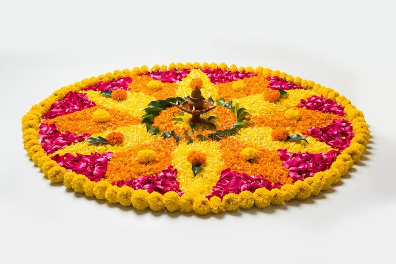 Beau rangoli ou décoration de fleur avec la lampe d'argile pour le diwali ou tout festival indien photographie stock libre de droits