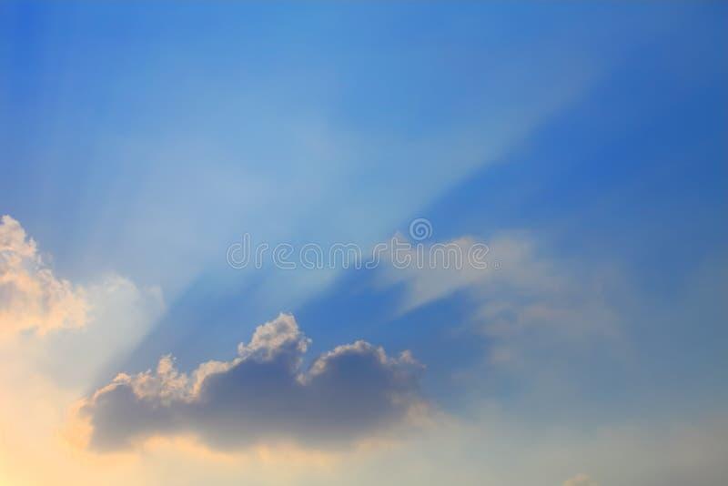 Beau rayon du soleil par le nuage photographie stock