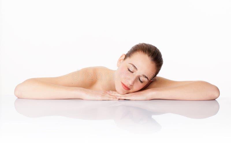 Beau repos de femme, symbole des cosmétiques pour l'hydratation et soins de la peau calmants photographie stock libre de droits