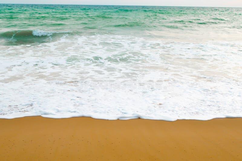 Beau ressac de plage avec de l'eau bleu couleur du fond de mer pendant la journée photographie stock