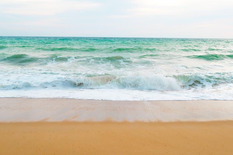 Beau ressac de plage avec de l'eau bleu couleur du fond de mer pendant la journée photos stock