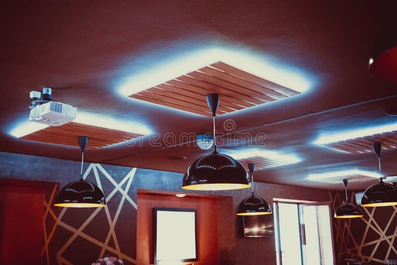Beau restaurant intérieur avec les lustres de luxe et l'éclairage de soirée image stock