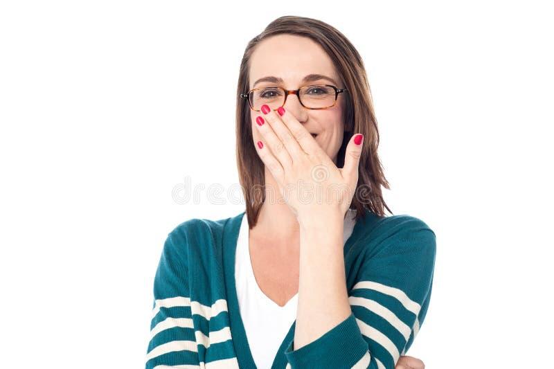 Beau rire étouffé caucasien de femme photos stock