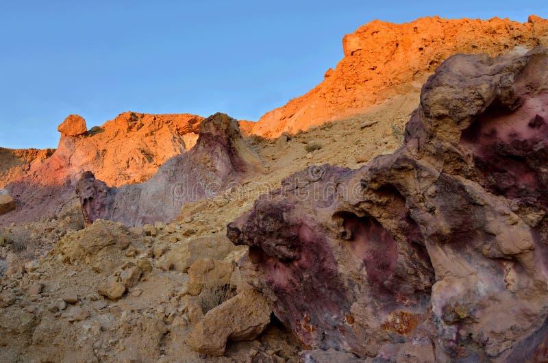 Beau rose coloré et roches oranges d'oued de Yeruham pendant le coucher du soleil, Israël, désert du Néguev image stock