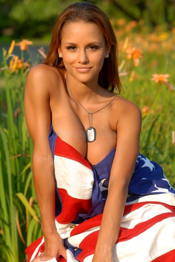 Beau roux drapé dans un indicateur américain photo libre de droits