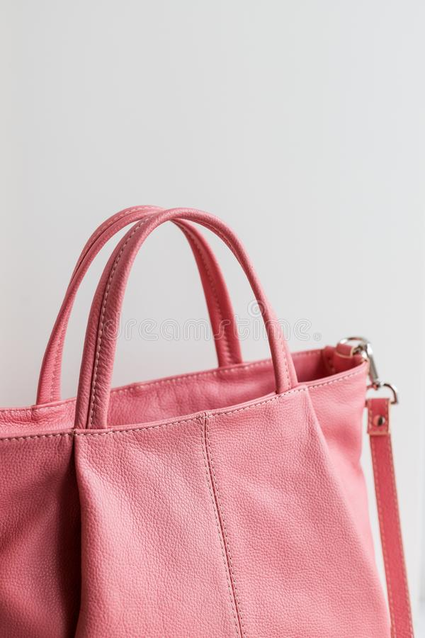 Beau sac à main élégant et de luxe de femmes de rose de cuir de mode d'isolement sur le fond blanc Couleur à la mode de mode images stock