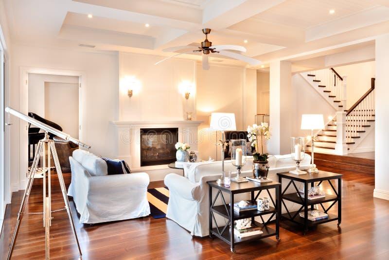 Beau salon avec le plancher en bois brillant et télescope à image libre de droits