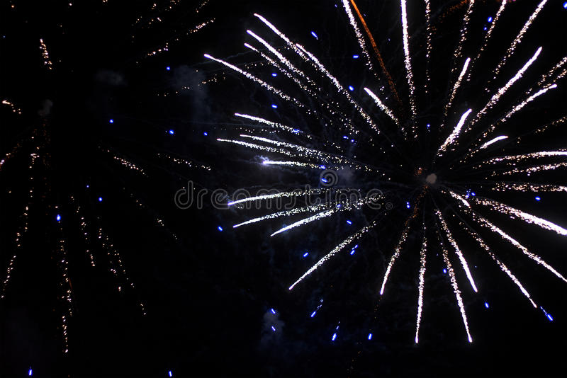 Beau salut et feux d'artifice avec le fond noir de ciel Le fond abstrait de vacances avec de divers feux d'artifice de couleurs s image libre de droits