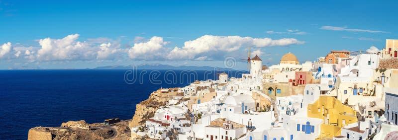 Beau Santorini en Grèce - moulin à vent et apartme traditionnels images libres de droits