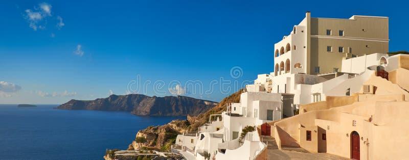 Beau Santorini en Grèce, vue panoramique au-dessus de village d'Oia photographie stock libre de droits