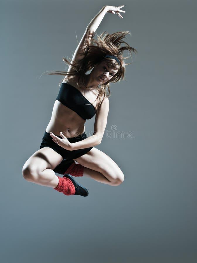 Beau saut de saut de jeune femme photo stock