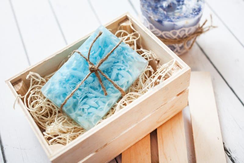 Beau savon fait main bleu et parfumé dans la position de boîte en bois sur un fond en bois photo stock