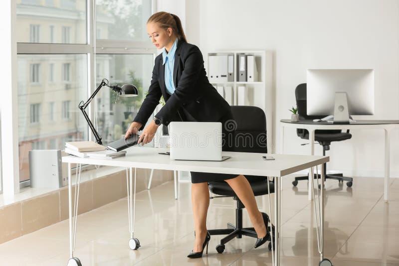 Beau secrétaire féminin travaillant dans le bureau photos stock