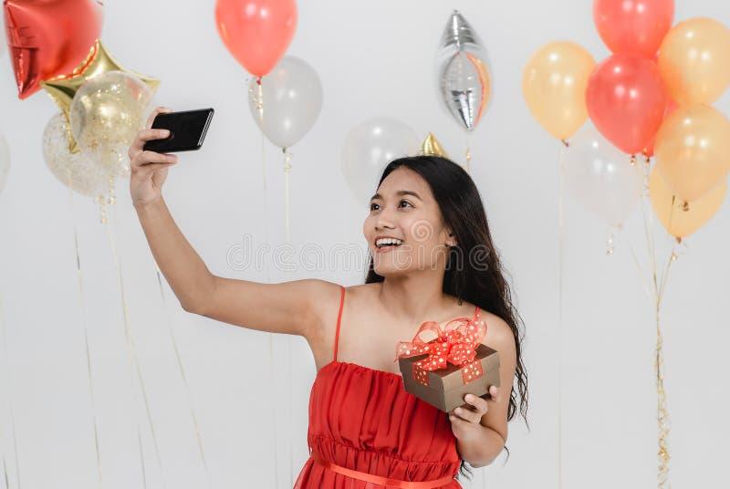 Beau selfie de femme avec le boîte-cadeau à la partie photographie stock