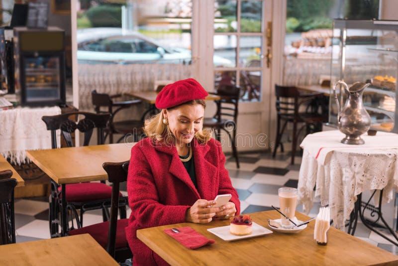 Beau service de mini-messages de dame son mari l'attendant en café photo stock