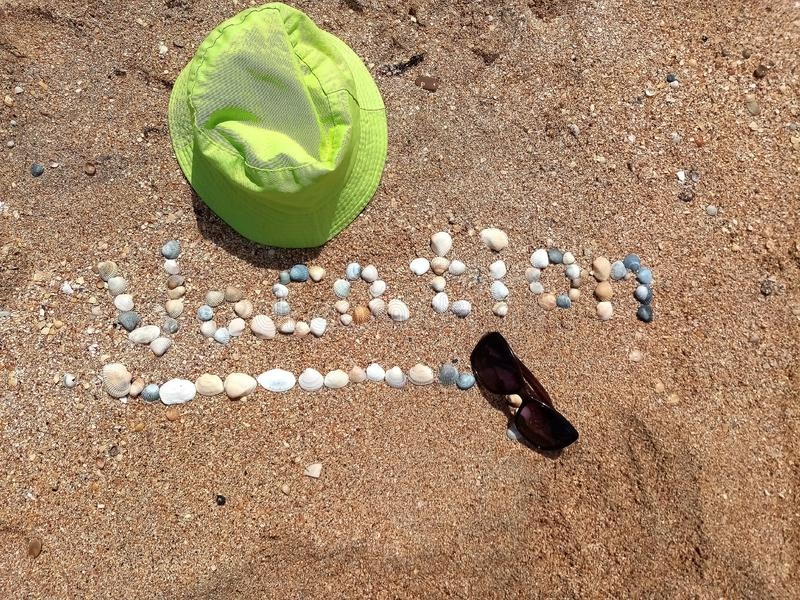 Beau signe de vacances formé avec les coquilles et le chapeau de Panama images libres de droits