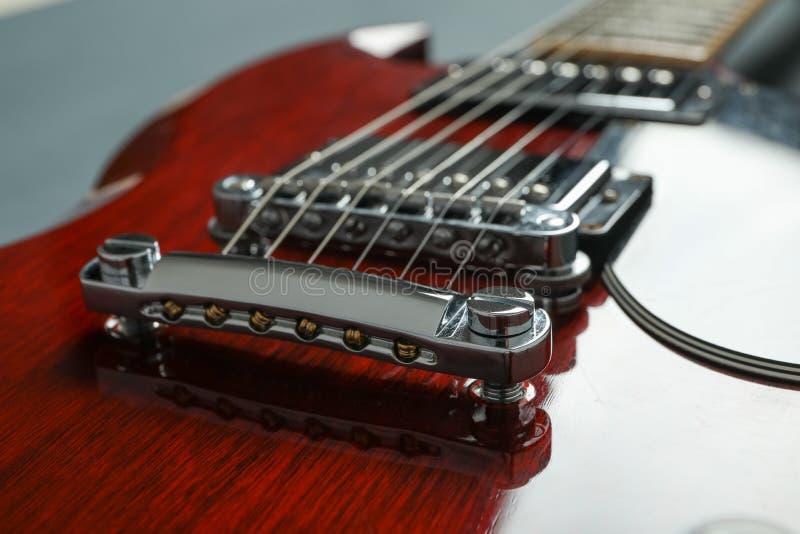 Beau six - guitare électrique de ficelle sur le fond foncé photos stock
